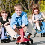 дети катаются на бибикаре