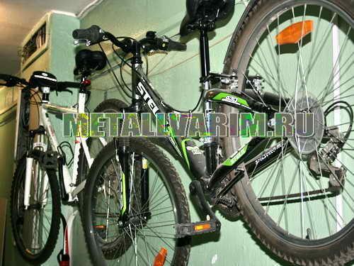 кронштейн для велосипеда в коридоре