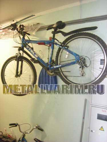 Крюк для велосипеда в коридоре