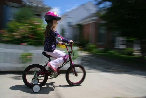 Детский двухколесный велосипед с двумя дополнительными колесами