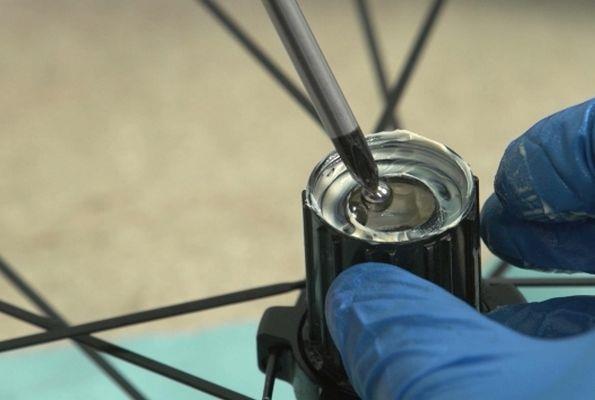 Смазывание шариков подшипника на велосипеде