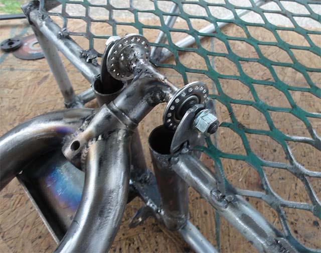 Сварка сетки с каркасом рамы велосипедного прицепа