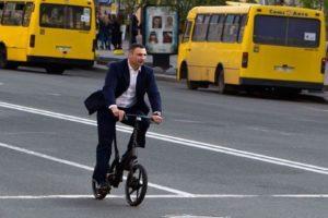 падение Кличко с велосипеда