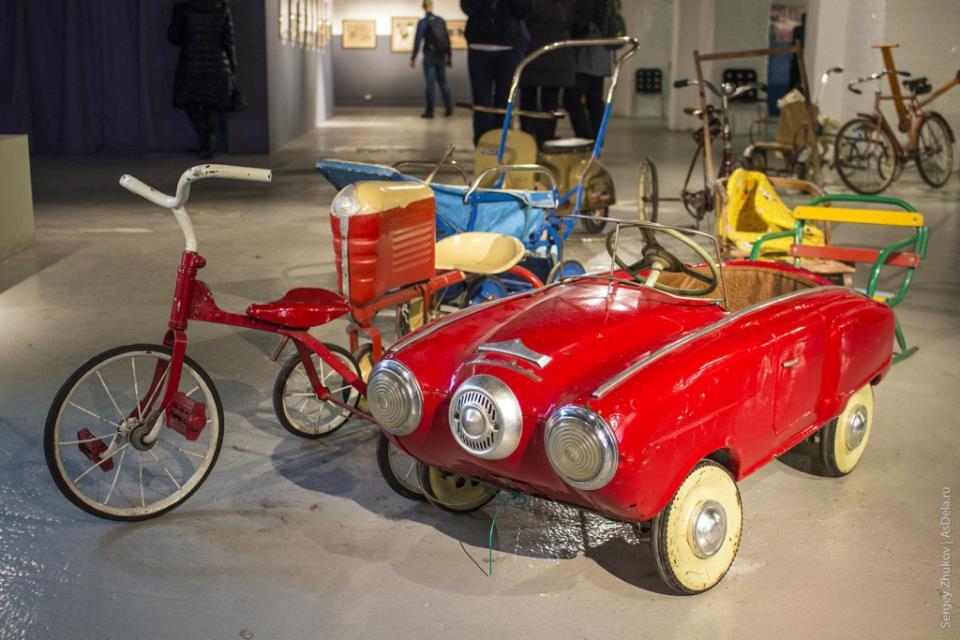 """Красный авто приводился в движение педалями, фары горели, был спец. тумблер, питались от батарейки типа """"Планета""""."""