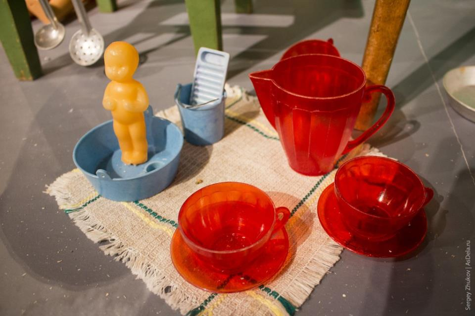 Еще один небольшой детский чайный набор из красного полупрозрачного пластика.