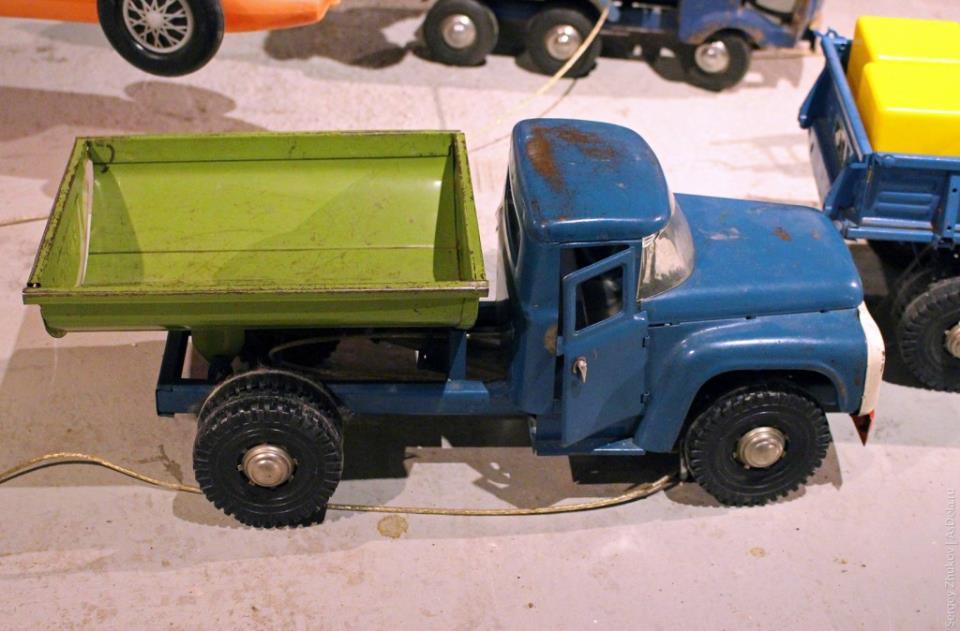 Игрушка-грузовик ЗИЛ с откидным кузовом советского производства.