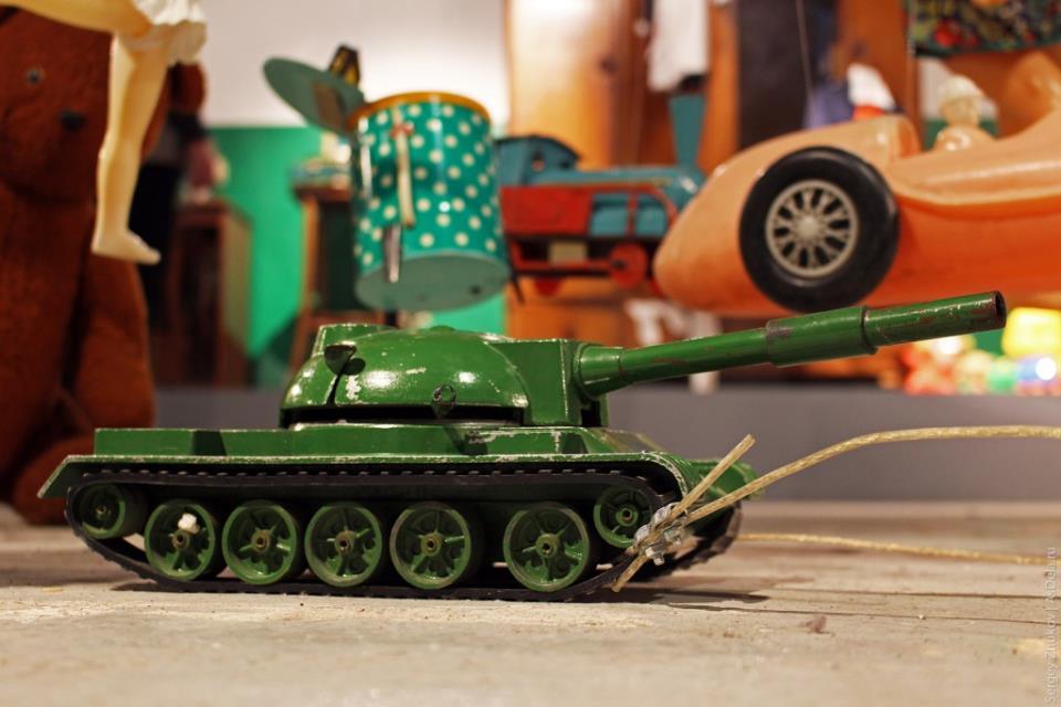 Танк - отличная советская игрушка. Я о такой штуке только мечтал.