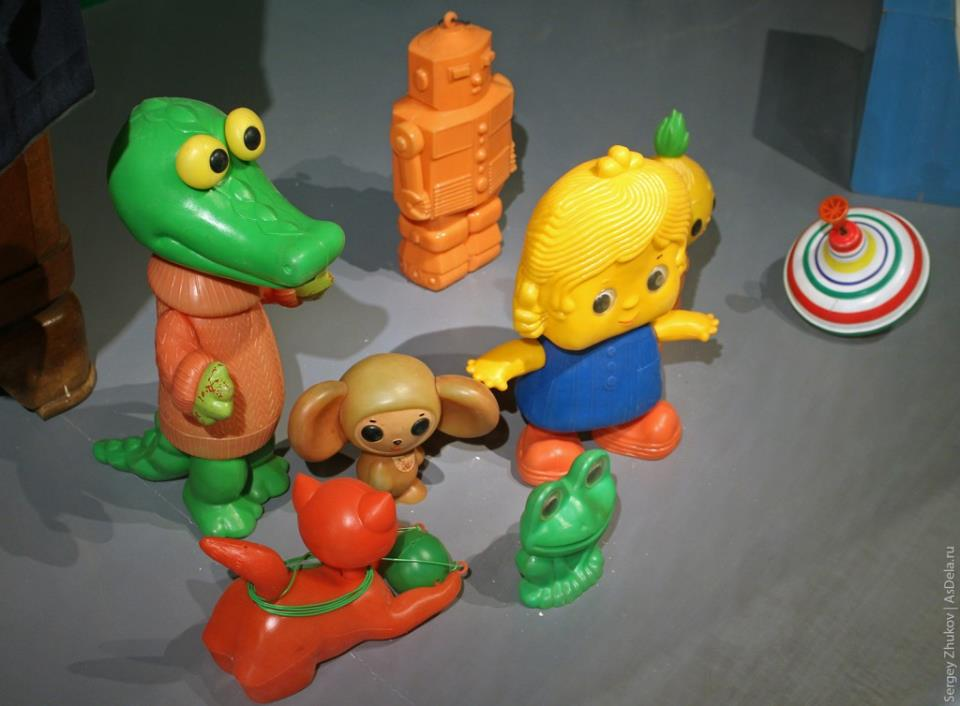 Набор пластиковых игрушек советского периода. Гена, Чебурашка, робот, лягушка, котенок.