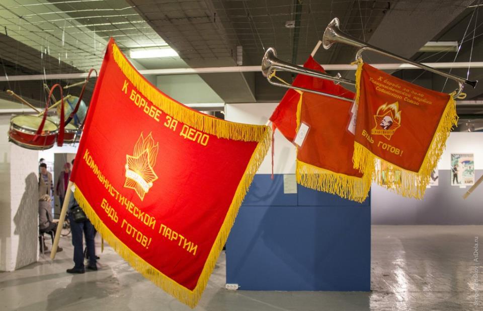 Красные пионерские флаги.