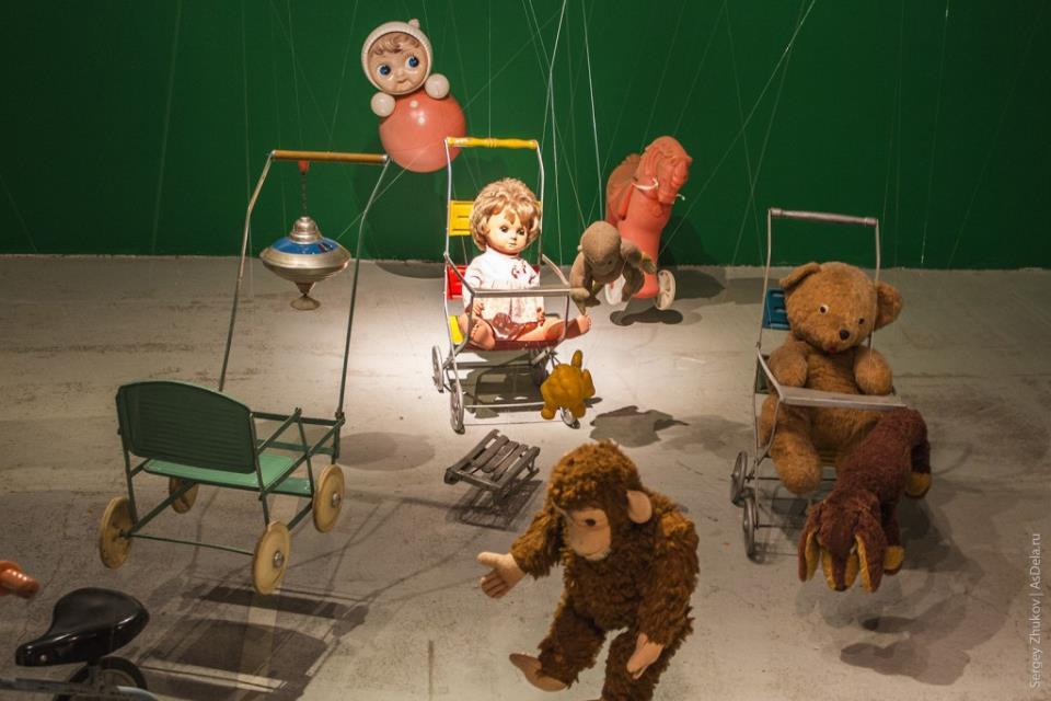 Трёхмерная инсталляция с советскими игрушками.