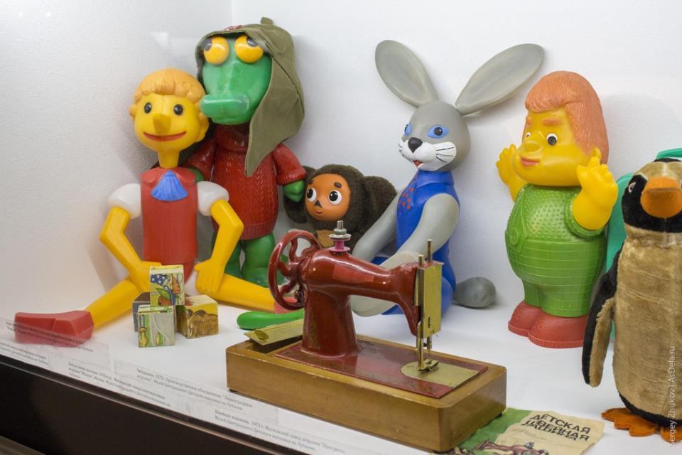 Еще немного игрушек из пластика: Буратино, крокодил, заяц, Карлосон. Кубики с картинками, чебурашка и маленькая швейная машинка.