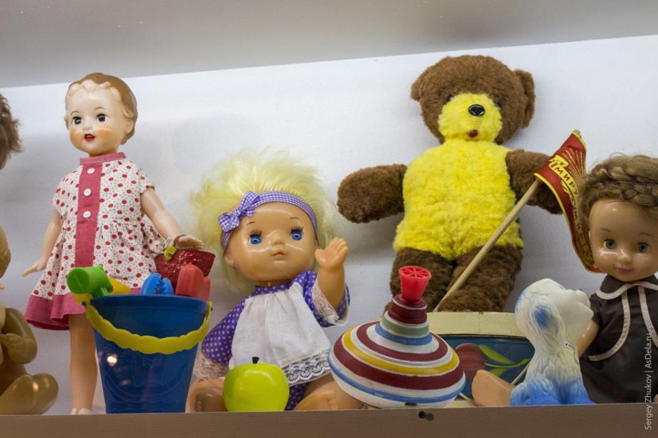 Куклы и медведь советского производства.