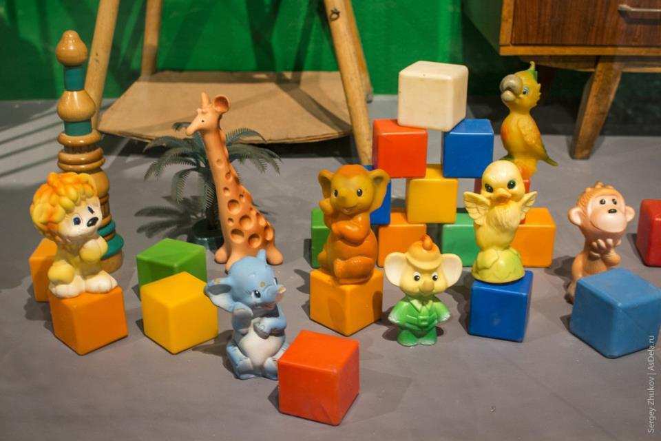 Пластиковые и резиновые игрушки-зверушки.