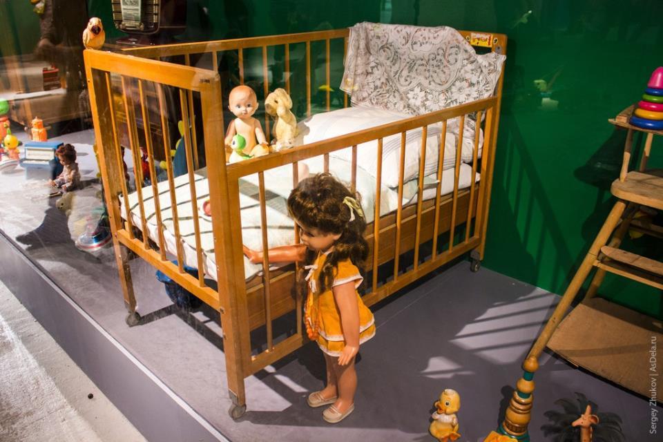 Советская детская кроватка и кукла.
