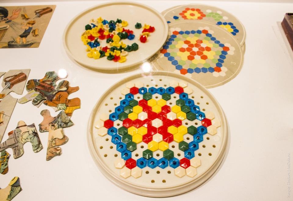 Тарелка в которой можно было из цветных зонтиков набирать красочные мозаики.