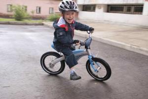 Ребенок на детском велосипеде