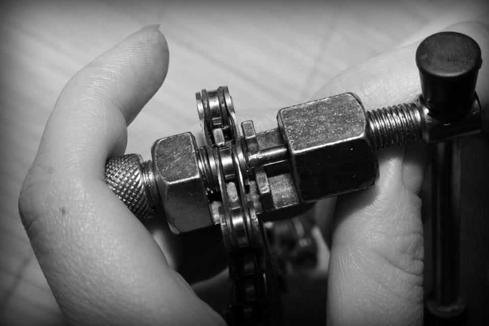 Ремонт сломанной цепи на велосипеде