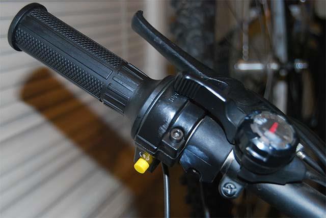 Руль велосипеда с бензиновым двигателем