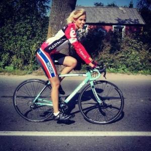 Девушка в спортивной форме на велосипеде
