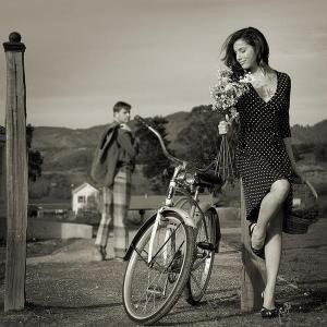 Девушка в платье рядом с велосипедом