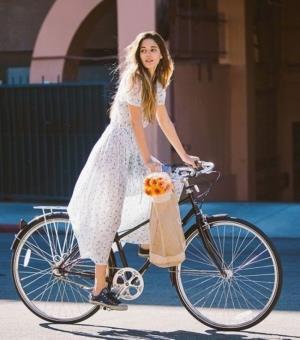 Девушка в платье на велосипеде