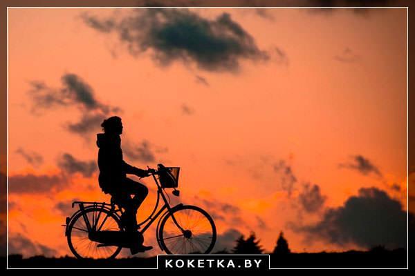 Девушка делает вечернюю прогулку на велосипеде