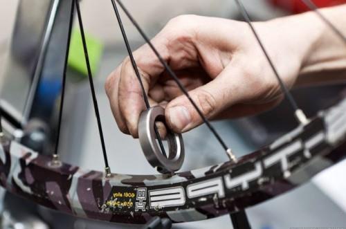 как исправить восьмерку на колесе велосипеда фото 1