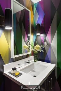 Многоцветный геометрический принт на обоях в ванной, Circus-Wallpaper