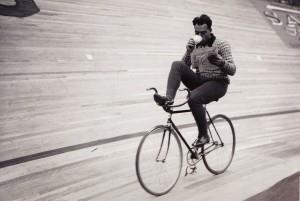 велосипедист-с-газетой