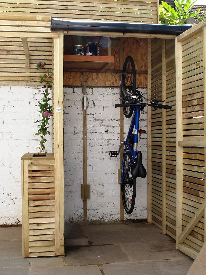 Фото 3. Велобокс у стены дома