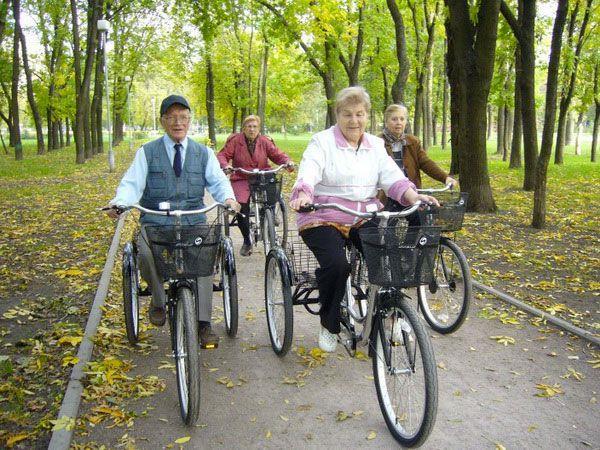 пенсионеры на велопрогулке