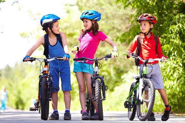 дети в велосипедных шлемах