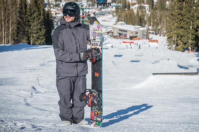 Парень со сноубордом
